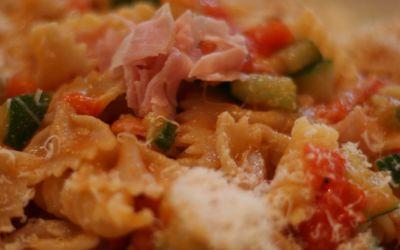 Pasta zucchine, pomodoro, prosciutto